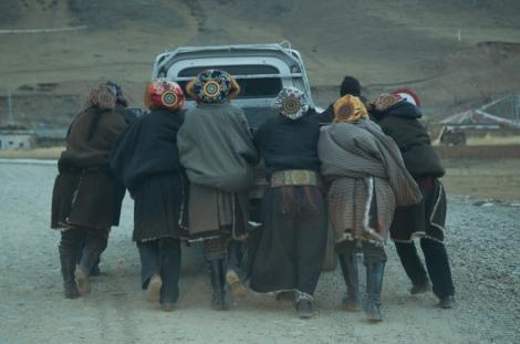 Car trouble, Qinghai © Jo James