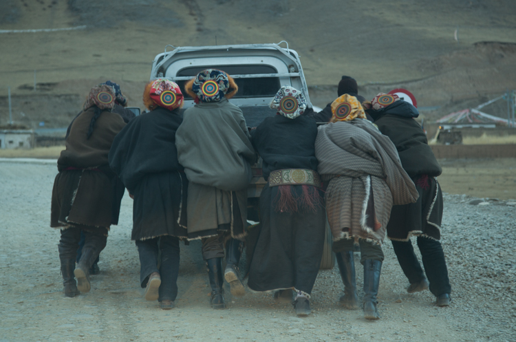 Car trouble, Qinghai © Jo James