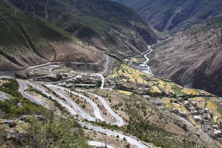 The road to Yading