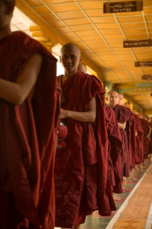Monks' lunch line, Bago